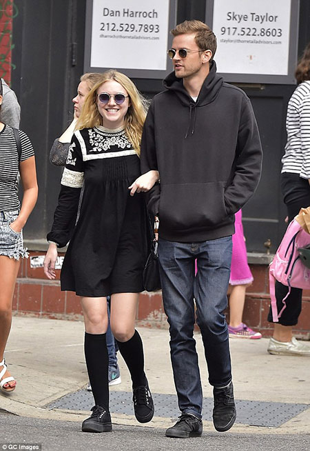 dakota fanning dating 2013 Who is dakota fanning dating currentlyknow about her affairs and relationship the couple started dating in 2013 and has also officially exposed about their.