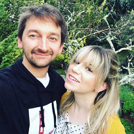 Aaron Kyro with friendly, Wife Danielle Kyro